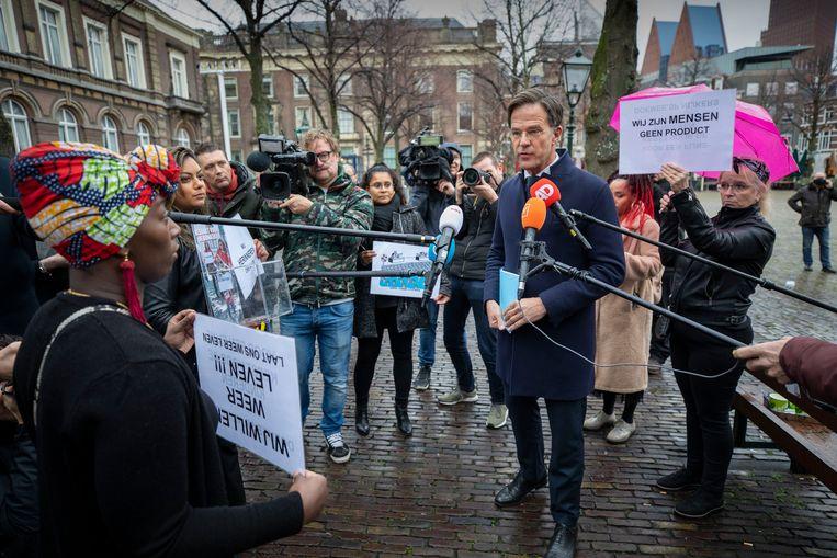 Gedupeerde ouders van de Toeslagenaffaire spreken op het plein voor de Tweede Kamer met premier Rutte, voorafgaand aan zijn verhoor door de onderzoekscommissie, eind november 2020.  Beeld Werry Crone