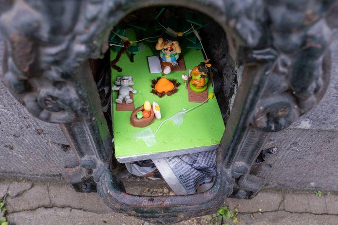 De tweede graad van Villa Zonnebloem vulde schoenschrapers in de buurt van de school met hun kunstwerkjes.