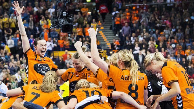 Het Nederlands vrouwenhandbalteam wint van Zweden tijdens de troostfinale van het WK handbal in Duitsland Beeld null