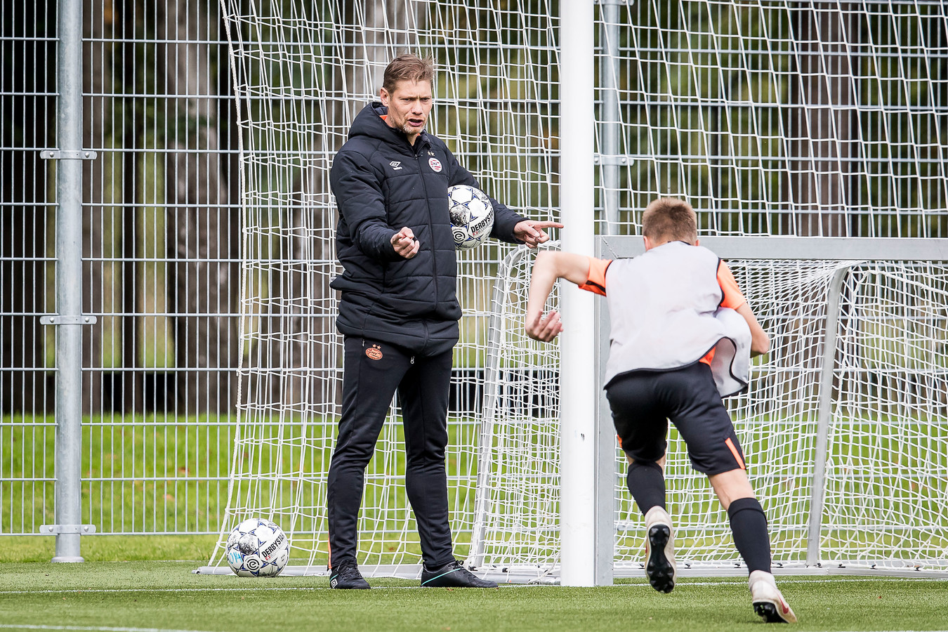 Theo Lucius inspireert een van de talenten van PSV in Eindhoven. Komend seizoen is hij trainer van PSV onder 17.