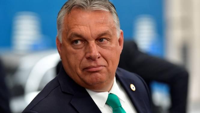 Hongaarse premier Orbán legt coronamaatregelen naast zich neer en schudt handen op EU-top