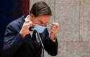 Premier Mark Rutte met een mondkapje  tijdens het plenair debat in de Tweede Kamer over de over de ontwikkelingen rond de corona-uitbraak