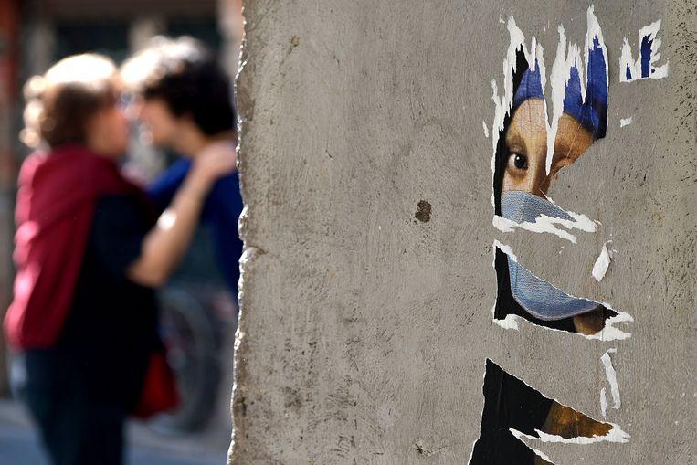 Deel van een wandschildering met het Meisje met de parel in Rome, Italië, deel van het Smog Project als protest tegen bezuinigingen op cultuur in Italië, 2013.  Beeld AFP