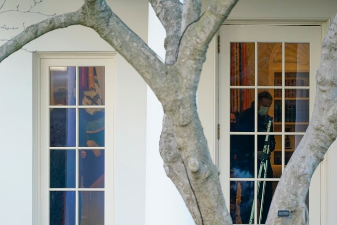 Na het vertrek van Donald Trump uit het Witte Huis nemen  stafleden van Joe Biden en Kamala Harras in het Oval Office onder handen.