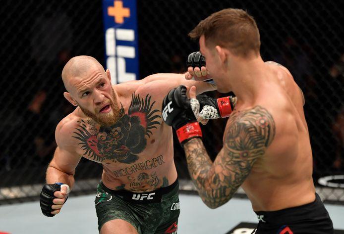 Conor McGregor uit Ierland (links) versus Dustin Poirier in hun  gevecht tijdens het UFC 257-evenement in de Etihad Arena op UFC Fight Island.