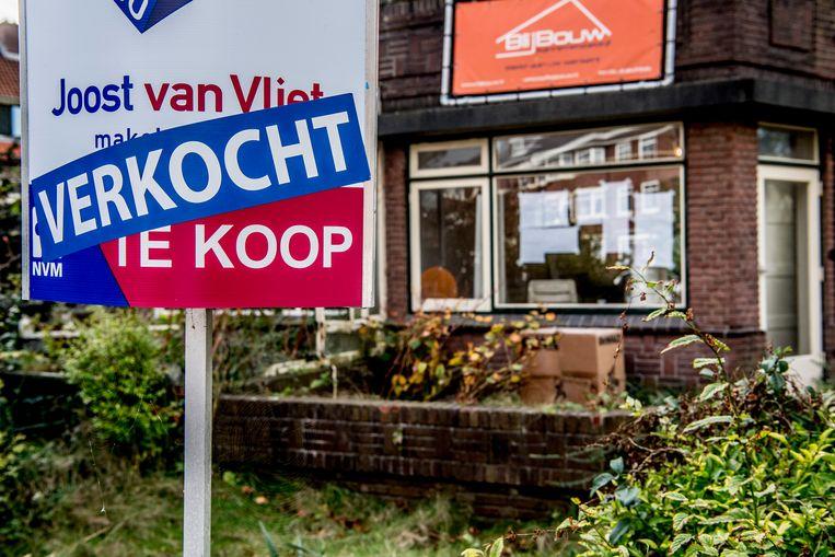 Door de hoge woningprijzen steken gezinnen zich almaar meer in schulden, want kan leiden tot wanbetalingen en kwetsbare banken. Beeld Belga