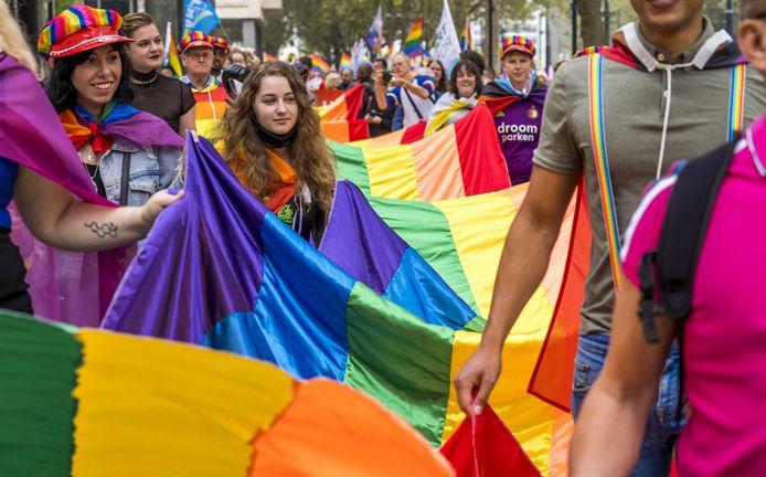 Een vele meters lange regenboogvlag sierde de kop van de stoet.