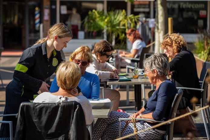 Drukte en gezelligheid op het terras van lunchroom Bijzonder Genieten in Beuningen, afgelopen woensdag.