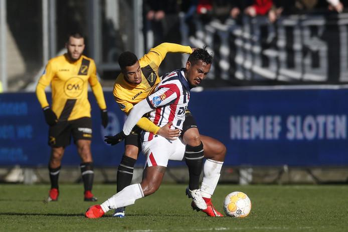 NAC-verdediger Pele van Anholt probeert met handen en voeten Willem II-middenvelder Renato Tapia tegen te houden.