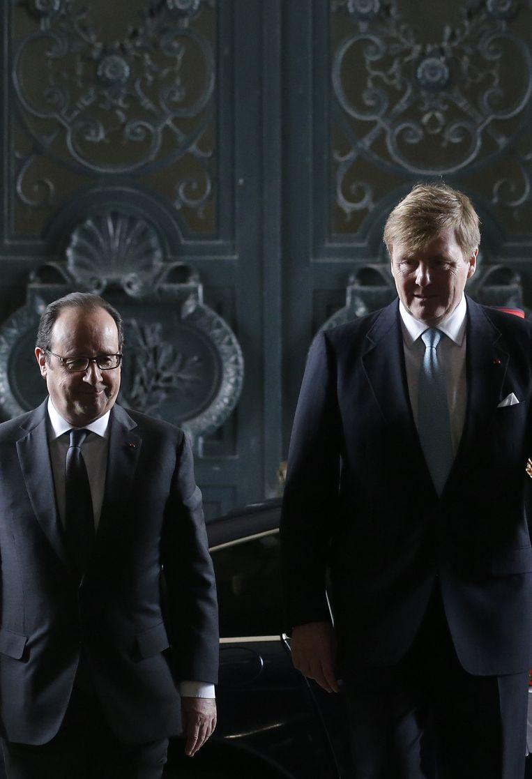 Hollande en Willem-Alexander komen aan bij het Louvre. Beeld reuters
