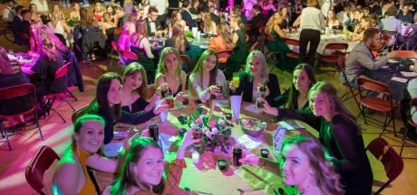 200 examenleerlingen heffen het glas... limonade