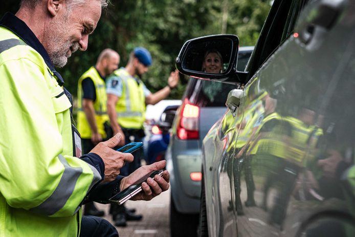 De Koninklijke Marechaussee controleert aan de grens. Wie tijdens een controle geen coronabewijs bij zich heeft, krijgt een boete van 95 euro.