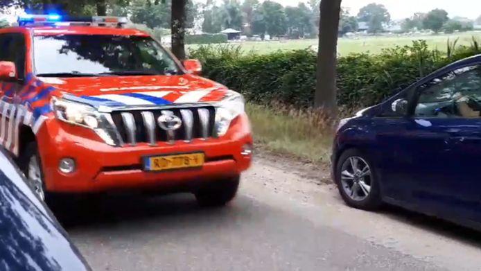 De brandweer werd gehinderd door auto's in de berm.