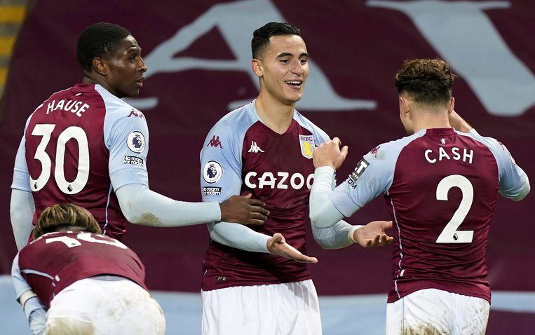 Anwar El Ghazi wordt gefeliciteerd met zijn doelpunt, door zijn ploeggenoten bij Aston Villa Hause en Cash.  Beeld EPA
