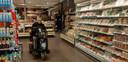 Gerrit Confurius was om 07.00 uur de eerste klant bij Albert Heijn in Klundert die de supermarkt een uur eerder opende voor ouderen, zwakkeren en mensen met een vitaal beroep.