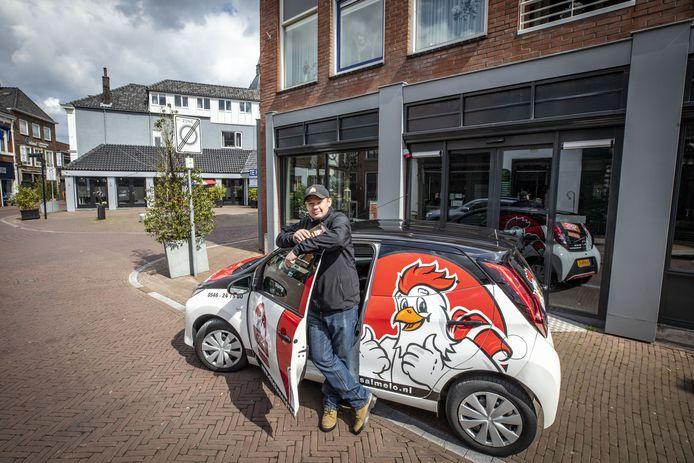Medewerker Bjorn Nijkamp staat met de bezorgauto voor het pand aan de Steenstraat 25 waar de vierde vestiging van Chicken Express in komt. Tot maart vorig jaar was hier 'Kip van Kötter' gevestigd.