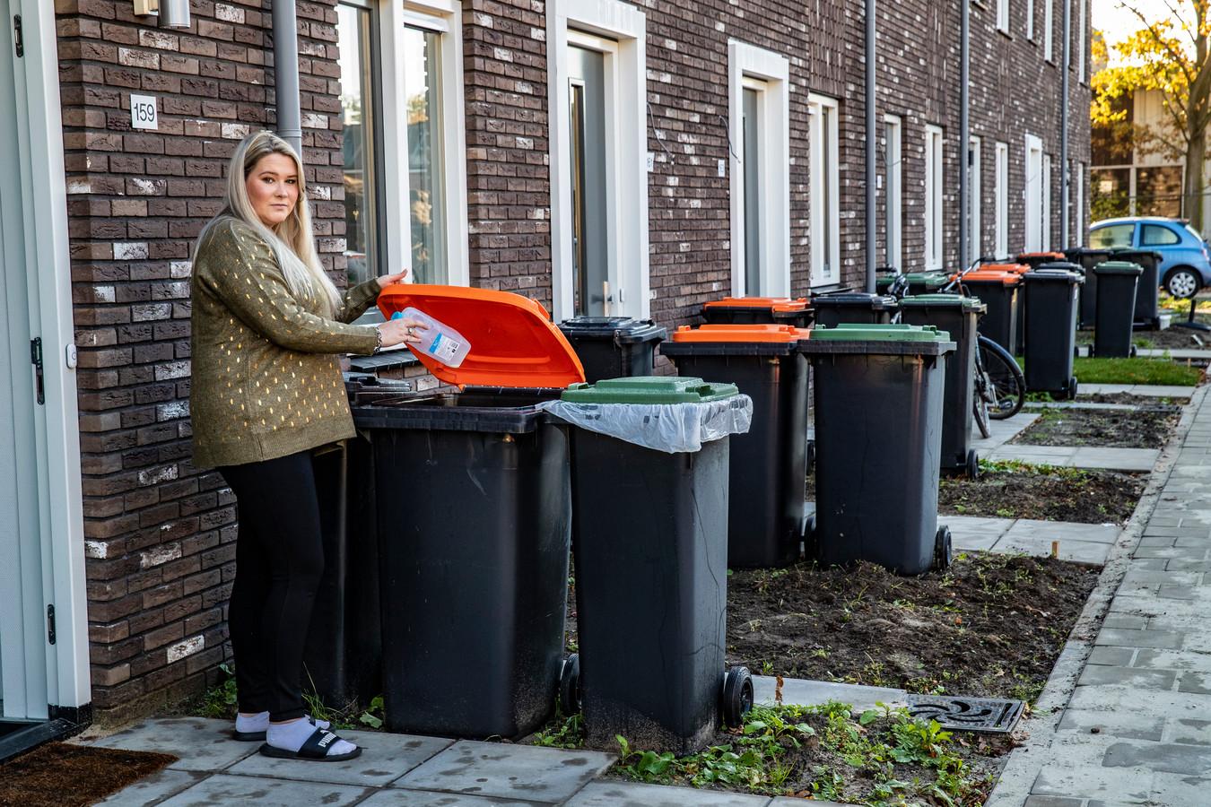 Inwoners van Deventer hebben inmiddels vier verschillende containers bij huis, want sinds afgelopen mei is er naast een afvalbak voor restafval, PMD en GFT ook een aparte papiercontainer. Op de foto Nikkie Klein Koerkamp voor haar woning aan de Landsherenlaan in Deventer.