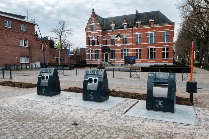 De nieuwe glascontainers en de huisvuilcontainer aan het gemeentehuis in Niel.