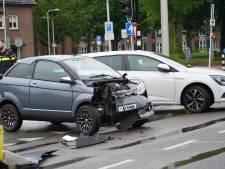 Auto en brommobiel botsen tegen elkaar op kruising in Tilburg, bestuurders lichtgewond
