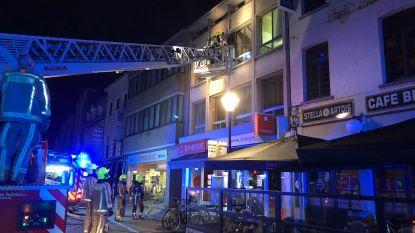 Brandweer evacueert vier bewoners na brand in appartement