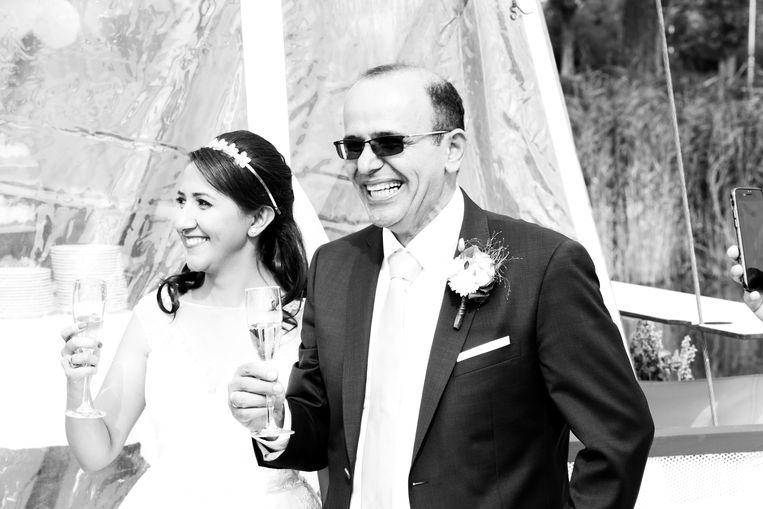 Mehran Nadimzadeh op zijn huwelijksdag, links echtgenote Nahid. Beeld Mehran Nadimzadeh