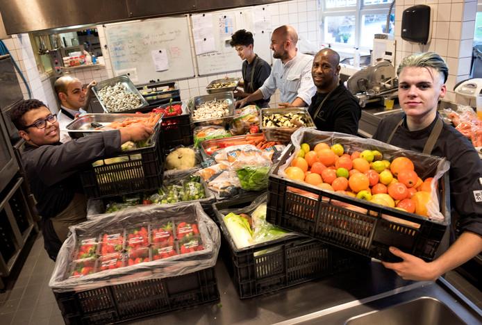 Color Kitchen Utrecht.The Colour Kitchen Zet Van Afvalbak Gered Fruit En Groente Op De