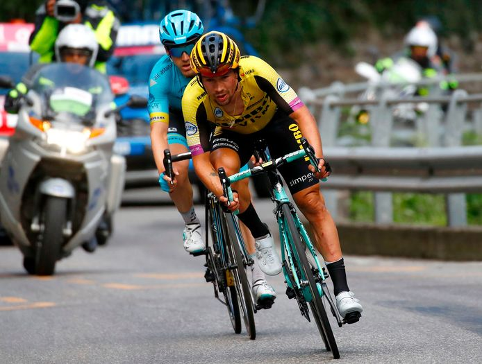 Primoz Roglic komt gehavend over de finish.