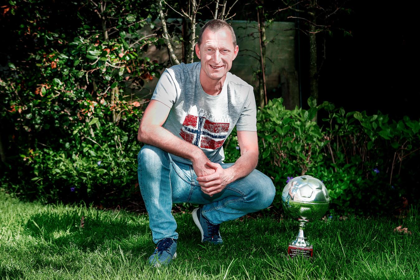 Rieno Van Oost poseert met een van zijn tien Zilveren Voetballen. Vijf daarvan veroverde hij er in het shirt van SK Maldegem.
