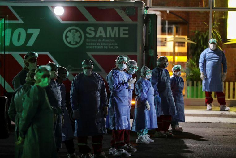 400 opvarenden van een ferry werden in Buenos Aires opgewacht door medisch personeel nadat bij een reziger het coronavirus werd vastgesteld. (20/03/2020)