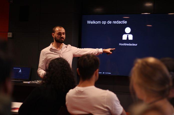 Oprichter Michiel Kalverda geeft een workshop aan leerlingen.