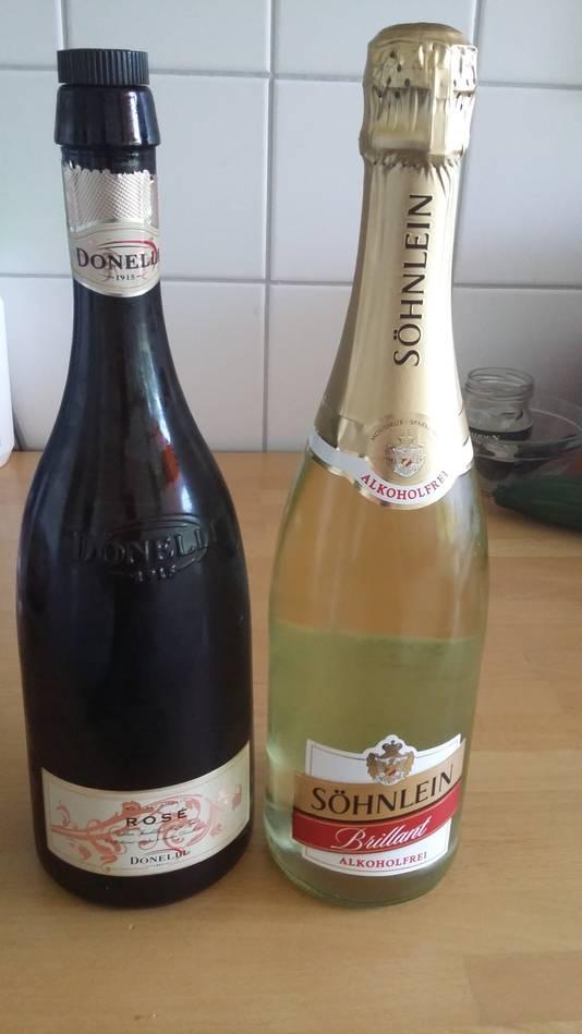 Twee flessen 'bubbels' zonder alcohol. De één vindt ze niet te drinken, de ander proeft nauwelijks verschil met de variant met alcohol.
