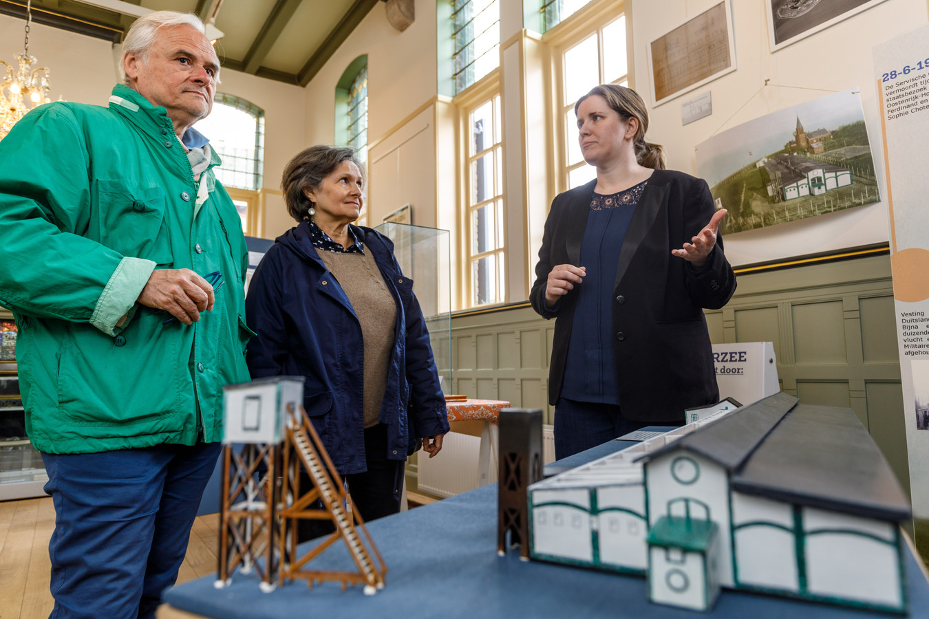 Aymar d'Humières (links) en zijn vrouw bij de maquette van het interneringskamp. Rechts Mandy van Dijk, samensteller van de tentoonstelling 'Elba in de Zuiderzee'.