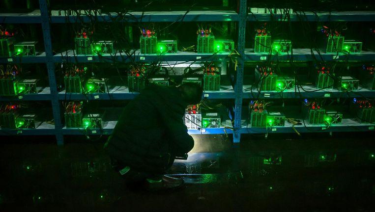 Een medewerker van een bitcoinbedrijf in de midden-Chinese provincie Sichuan controleert tijdens zijn avonddienst een computer. Bitcoins worden gemaakt doordat wereldwijd computers blokjes van de virtuele munt bouwen. Beeld epa