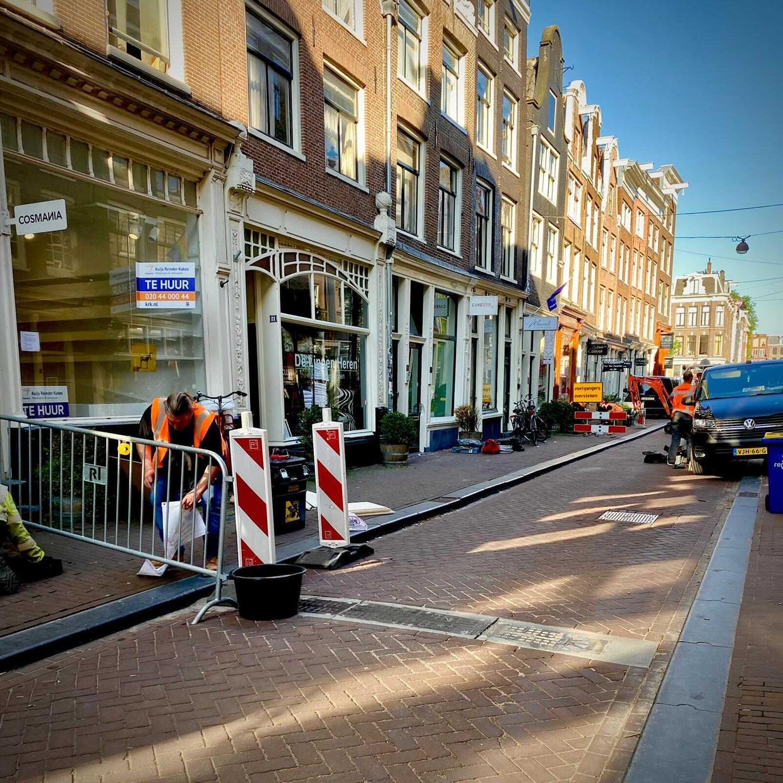 De door fietsers gehate drempels worden verwijderd in de Negen Straatjes. Beeld