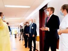 Koning Willem-Alexander bezoekt covid-afdeling Haags ziekenhuis en spreekt vermoeide artsen