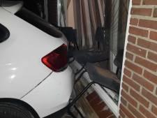 Even schrikken: auto ramt midden in de nacht voorgevel van een woning in De Meern