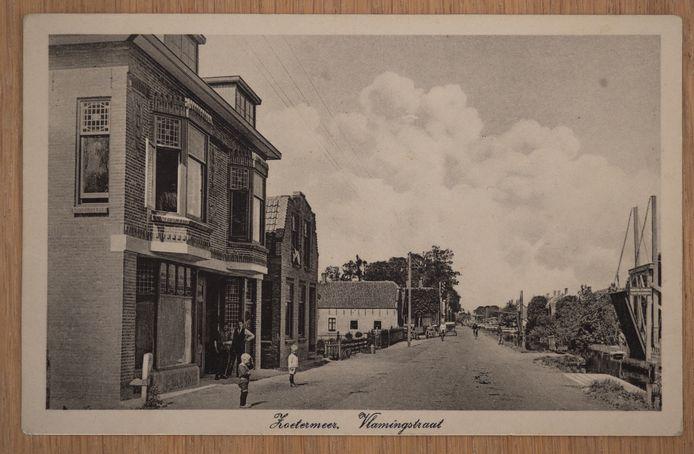 Een oude briefkaart van de Vlamingstraat met links het huis van Dirk Franx dat nu in oude luister is hersteld.