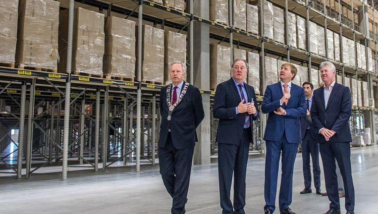 Bij de opening van het nieuwe distributiecentrum van Wehkamp in Zwolle in september 2015 kreeg koning Willem-Alexander een rondleiding door het gebouw. Helemaal rechts topman Gert van de Weerdhof. Beeld anp