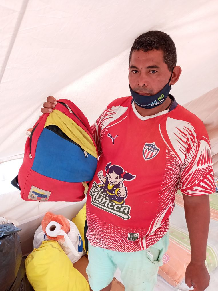 Rafael Berillo met de weinige bezittingen die hij uit Venezuela heeft kunnen meenemen. Beeld Joost de Vries