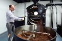 Sinds 2020 heeft Biggelaar weer een eigen brander, na jaren afwezigheid waait eindelijk de geur van versgebrande koffie weer over de stad.