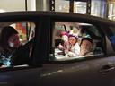 Pleun, Jula en Mare genoten enorm van de drive-thru en vermaakten zich tijdens de urenlange wachttijd prima.