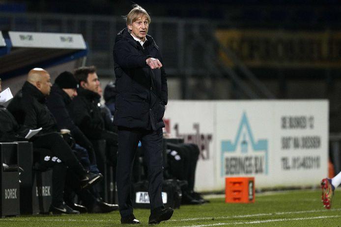 Adrie Koster geeft aanwijzingen tijdens Willem II - FC Groningen.