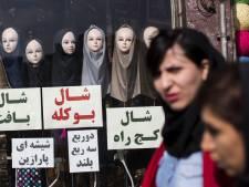 Une trentaine d'Iraniennes arrêtées après avoir enlevé leur voile