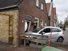 Auto knalt tegen gevel van woning in Oldemarkt: bestuurder (76) raakt gewond