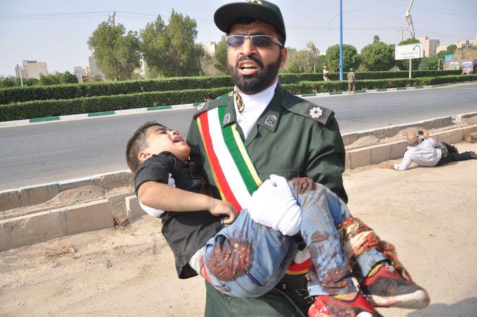 Een gewond kind na een aanslag op een militaire parade in Ahwaz, Iran in 2018. Iran legt de schuld daarvan bij een Iraanse afscheidingsbeweging die onder meer in Nederland actief is.