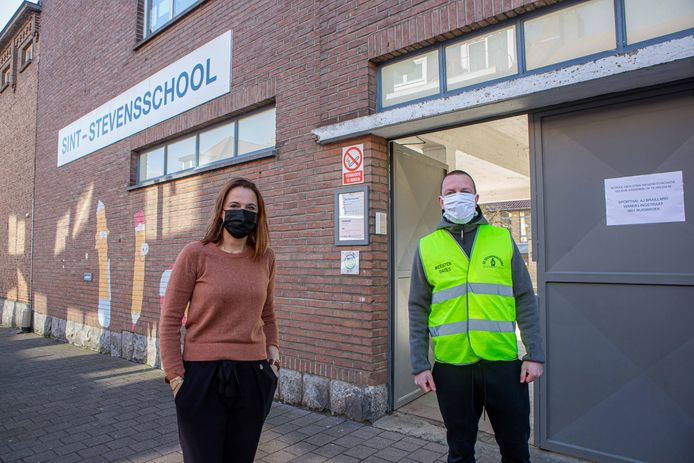 Directeur Kathy Vanlinthout van de Sint-Stevensschool met meester Dries voor de schoolpoort waar de ouders werden ontvangen. Andere leerlingen werden met bussen overgebracht naar de sporthal van Ruisbroek.