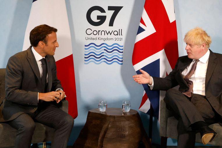 De Franse president Emmanuel Macron in gesprek met premier Boris Johnson tijdens de G7-meeting in Carbis bay, Cornwall. Beeld AFP
