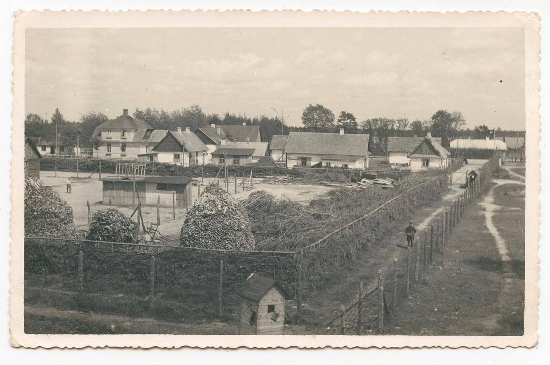 'Het kamp leek op een gewone boerderij, op het prikkeldraad na dat de barakken omheinde, in het midden van een prachtig groen bos', aldus Dov Freiberg, een  Poolse Jood die met het eerste transport van 1942 in Sobibor aankwam.