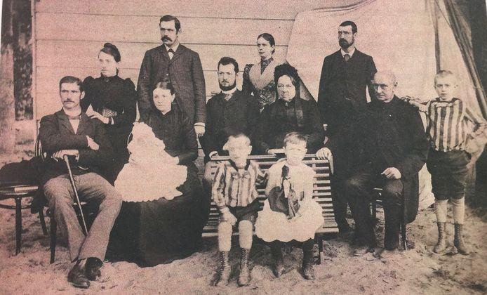 Familie Volker in 1892 in de tuin van hun woning aan de Molendijk te Sliedrecht.