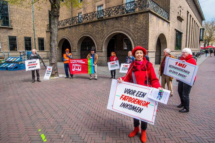 De demonstranten met vooraan Corry Westgeest